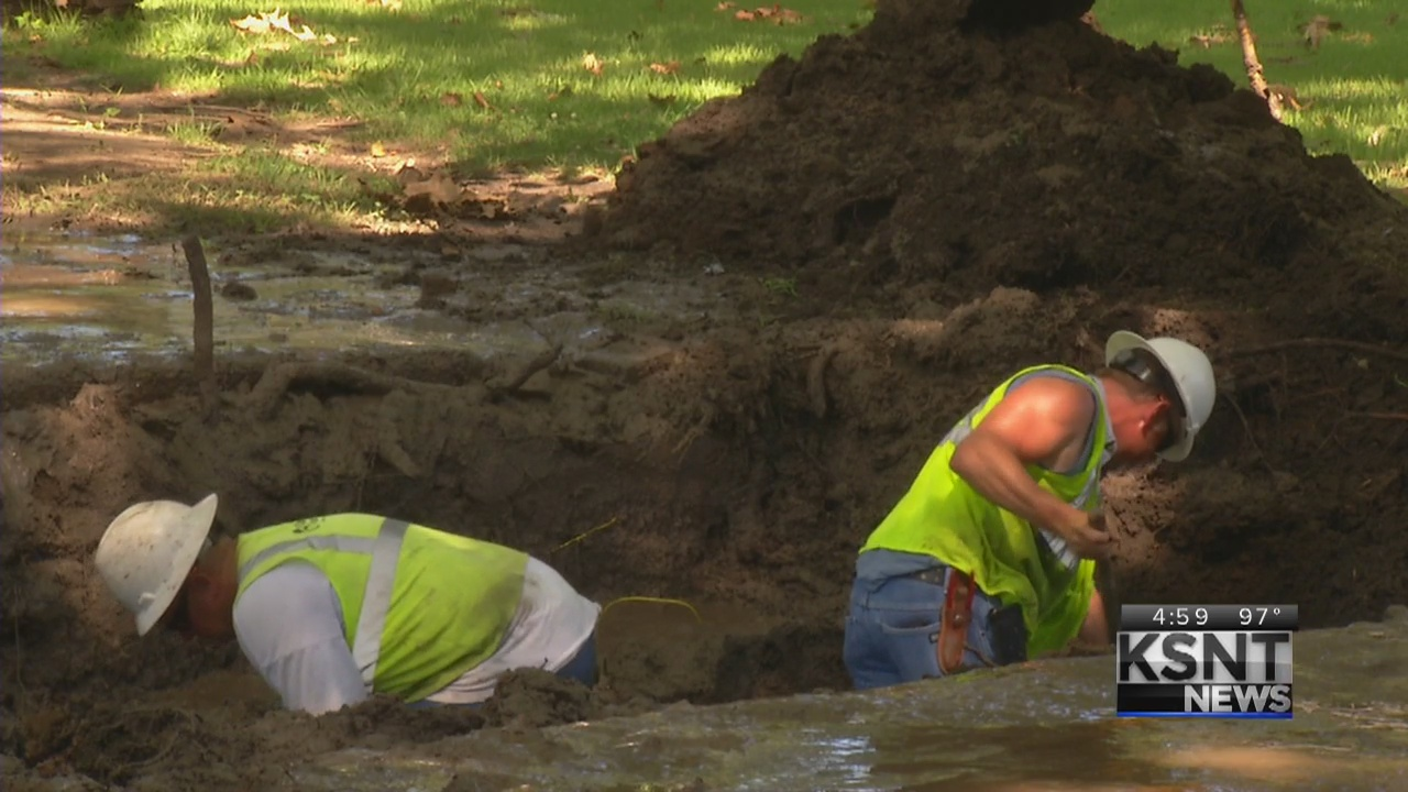 Kansas Gas Workers Repair Broken Gas Line_309802