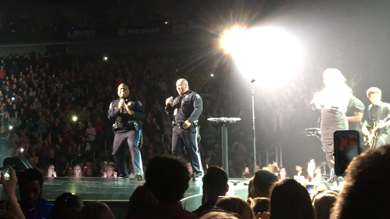 Capitol Police join Kelly Clarkson on stage for 'Stand By Me' karaoke